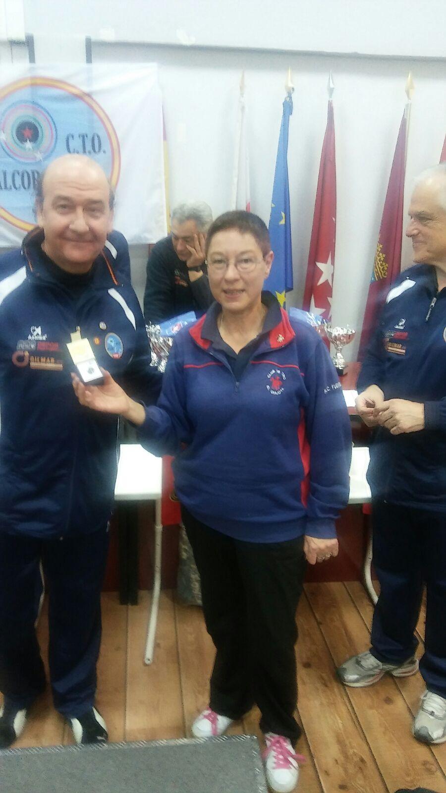 La presidenta recogiendo el pin del club Alcor de manos de Ignacio, presidente del club Alcor