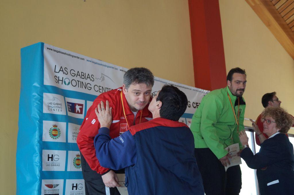 Nuestra presidenta entrengando la plata a Rafa Sanchez